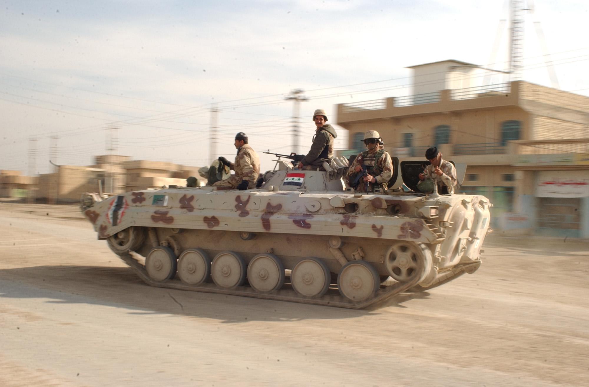 Tank s vojáky irácké armády