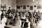 Žákyně školy u sv. Vojtěcha v roce 1907
