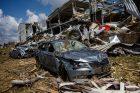 Hasiči odstraňují následky po ničivém tornádu v Mikulčicích