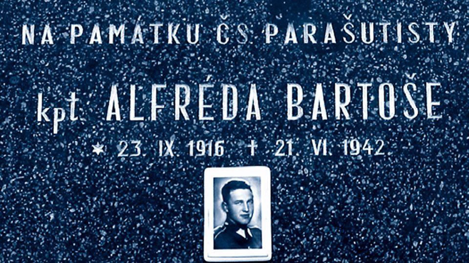 Pamětní deska na domě čp. 140, kde velitel paravýsadku SILVER A kpt. Alfréd Bartoš prožil dětství, jeho otec tady měl pekařství
