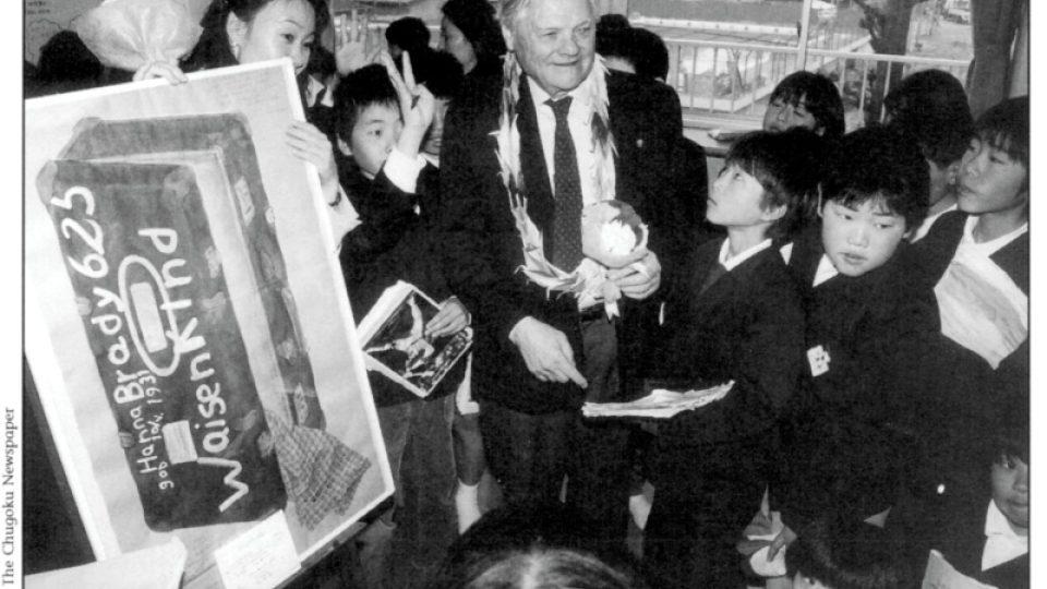 Jiří Brady, bratr Hany, během návštěvy Tokijského centra pro studium holocaustu s Fumiko Išioka a japonskými dětmi