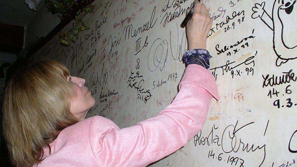 """Na podpisové zdi v kulturním minicentru """"Nostalgická myš"""" přibylo další výrazné jméno"""