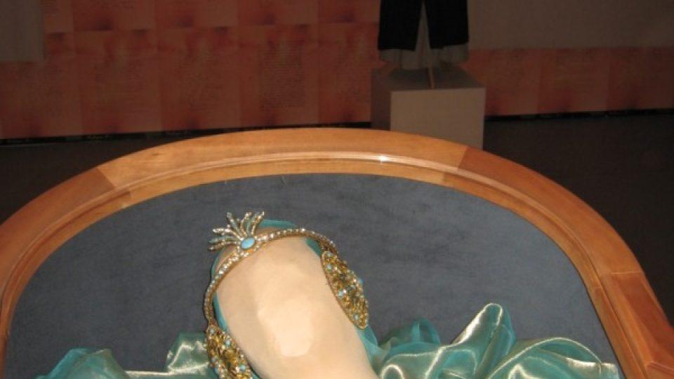 Kostým se zlacenou podprsenkou, čelenkou a náušnicemi
