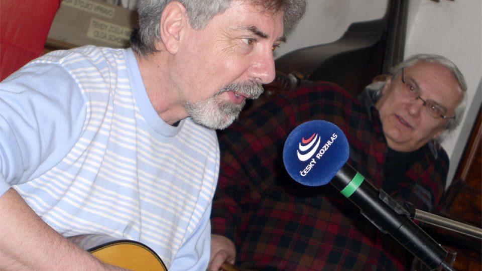 Ivo Jahelka, v pozadí Ondřej Suchý