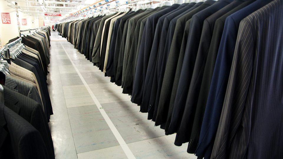 Tak vypadaly dlouhé řady obleků v největší podnikové prodejně