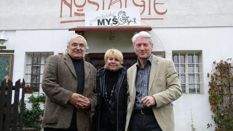 A nakonec foto na rozloučenou (Ondřej Suchý, paní Špačková a Ladislav Špaček před Nostalgickou myší)