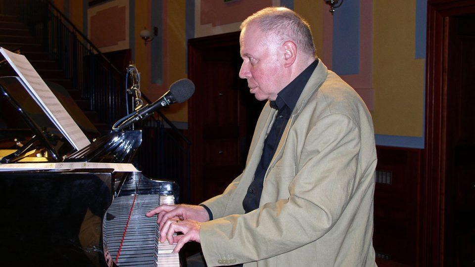 ...za doprovodu skvělého klavíristy a hudebního skladatele Jaromíra Klempíře...