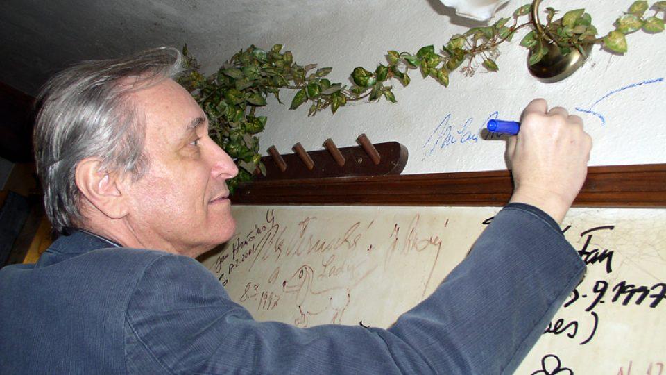 povinný podpis na stěnu