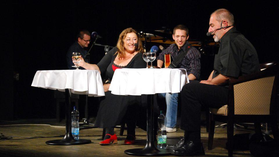 Halina Pawlowská, Ivo Šmoldas, v pozadí Libor Šmoldas a klavírista Petr Beneš