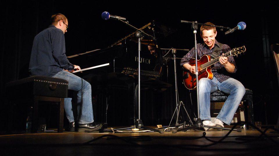 Klavírista Petr Beneš a jazzový kytarista Libor Šmoldas