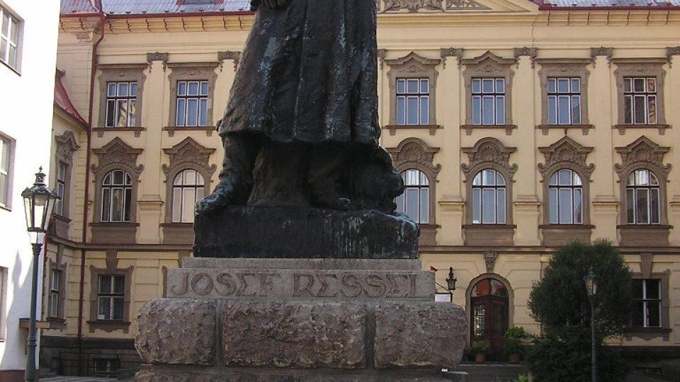Resselův pomník od Ladislava Šalouna