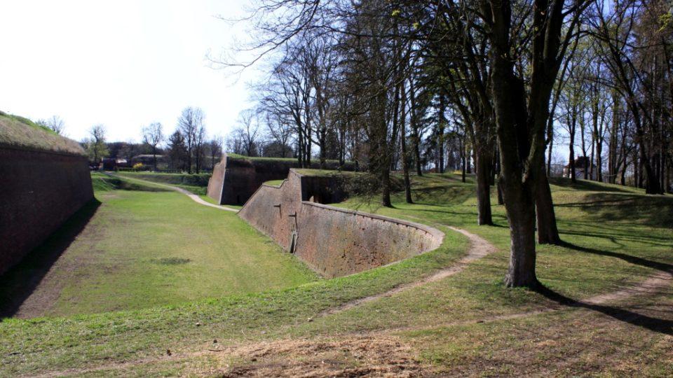 Příkop široký až 30 m odděluje hlavní val pevnosti od Bastionu