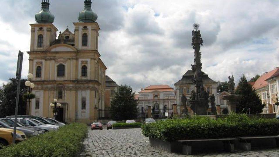 Duchcov - nám. Republiky s pohledem na zámecký kostel Zvěstování Panny Marie