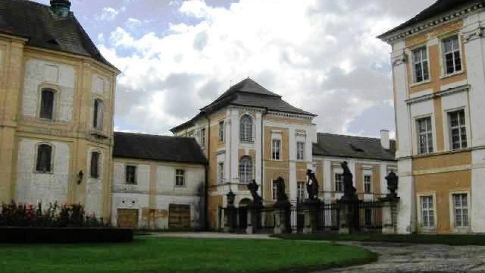 Duchcov - sochy z dílny Matyáše Brauna na prvním nádvoří zámku Duchcov