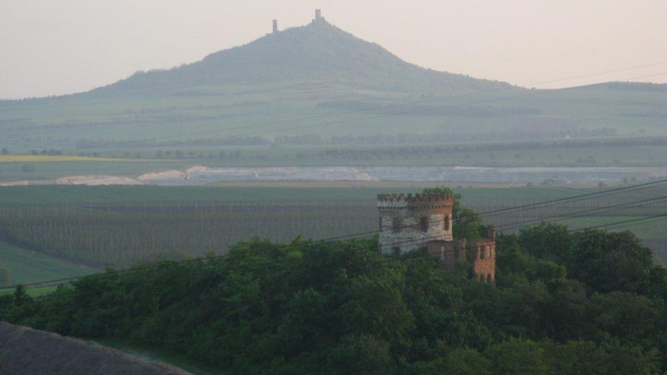 Windsor - dřívě větrný mlýn, pak lovecký zámeček, dnes ruina (v pozadí hrad Hazmburk)