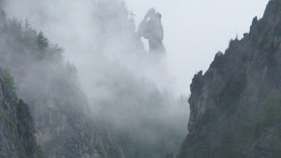 Modlící se mnich ve Vratné dolině bdí nad Terchovou už po staletí