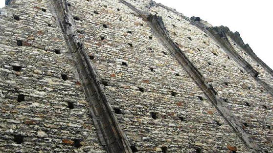 Panenský Týnec - severní zdivo chrámové lodi
