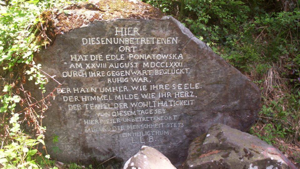 Památný kámen s nápisem, který dal biskup Hay vytesat na paměť svého setkání s kněžnou Poniatowskou.