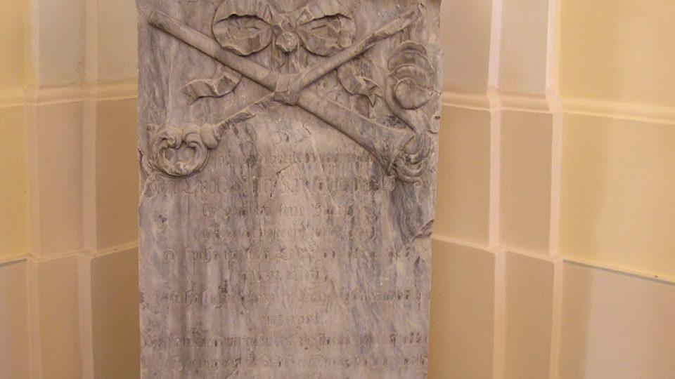 Hayův mramorový náhrobek v kostele sv. Martina v Chrasti