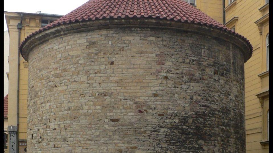 Rotunda sv. Kříže, která také díky J. Mánesovi nebyla zbourána. Mříž okolo ní byla vyrobena podle návrhu J. Mánesa.