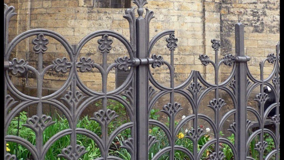 Litinovou mříž okolo rotundy sv. Kříže navrhl J. Mánes.