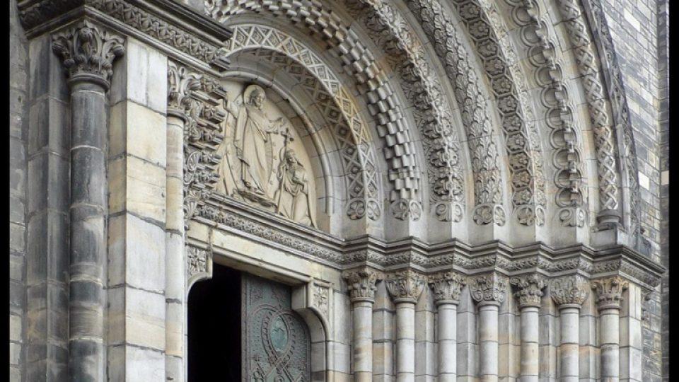 Kostel sv. Cyrila a Metoděje v Karlíně - reliéfní výzdoba vrat je podle návrhů J. Mánesa.