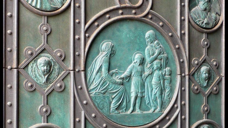 Výzdoba vrat kostela sv. Cyrila a Metoděje podle návrhu J. Mánesa