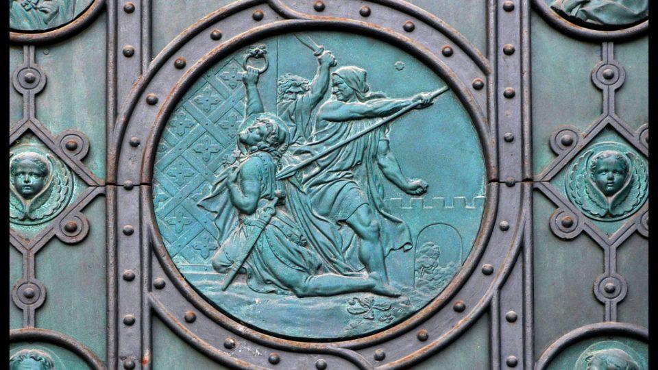 Výzdoba vrat kostela sv. Cyrila a Metoděje podle návrhu J. Mánesa.