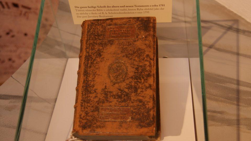 Podbrdské muzeum v Rožmitále pod Třemšínem - tištěná německá Bible, kterou obdržel J. J. Ryba za zásluhu o školu, muzeu darovala paní Jaroslava Benhartová