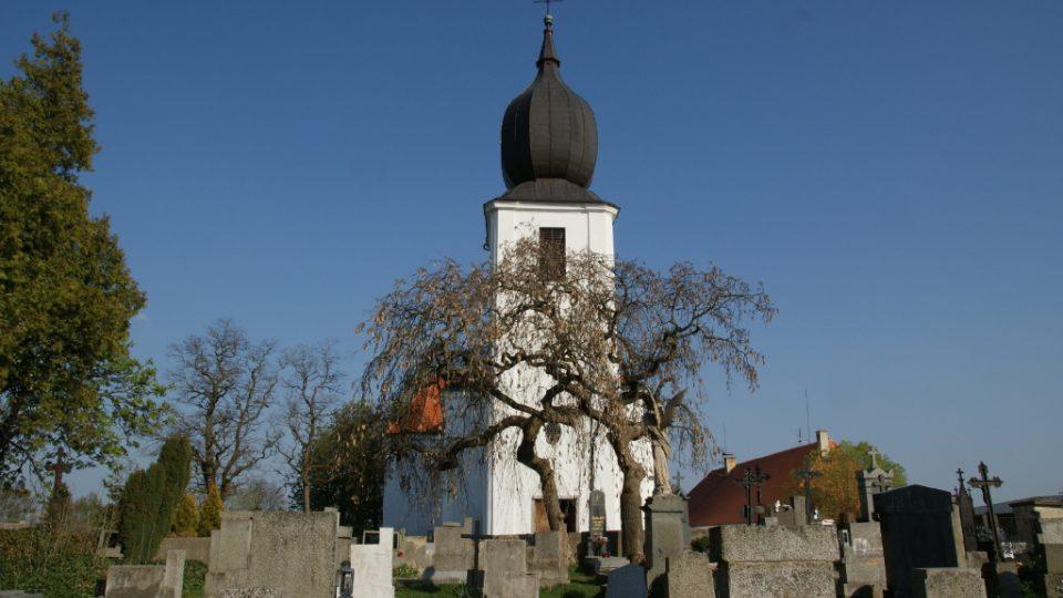 Pohled z rožmitálského hřbitova na hrob J. J. Ryby a kostel Povýšení sv. Kříže