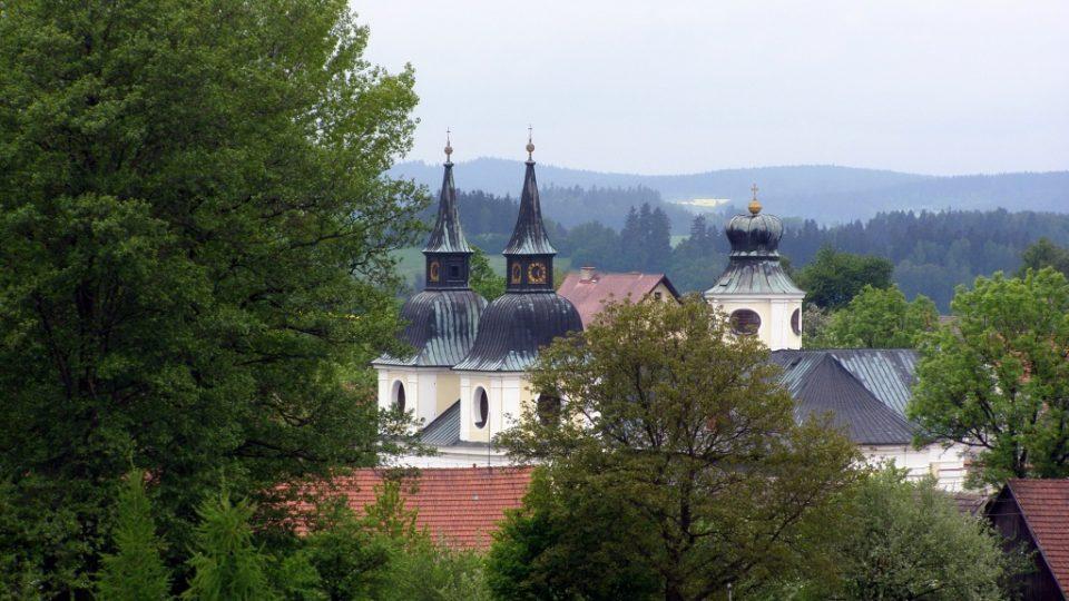 Kostel sv. Václava ve Zvoli - jedna z věží má tvar biskupské čepice