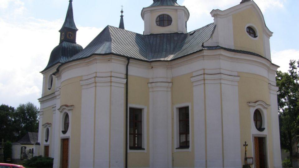 Kostel sv. Václava ve Zvoli - W v kříži nad vchodem označuje iniciály opata Václava Vejmluvy