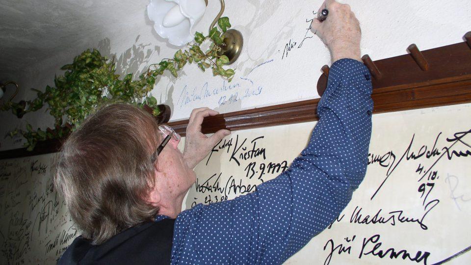 Nezbytný podpis zdi slávy