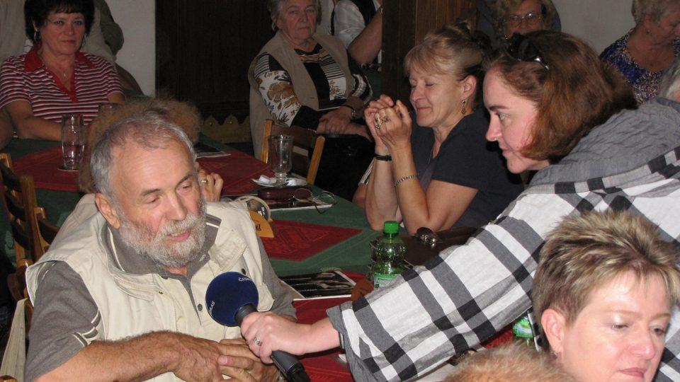 Markéta Košťáková přidržuje mikrofon