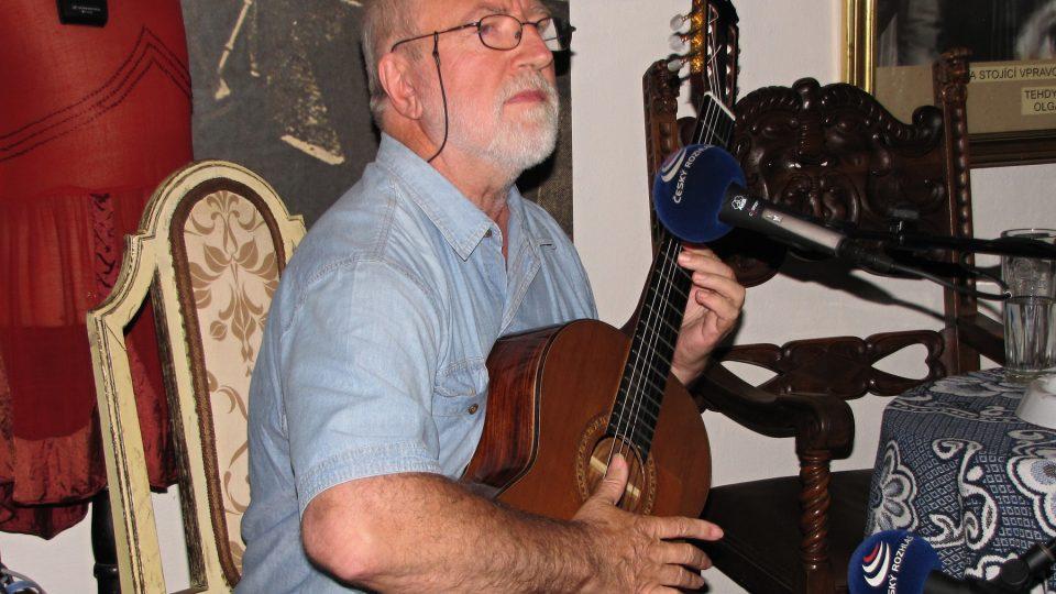 Štěpán Rak s kytarou