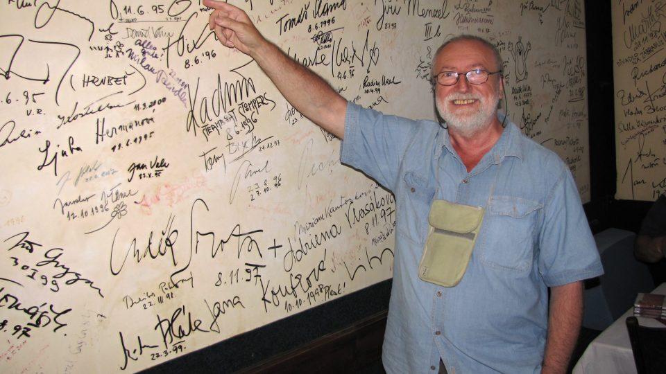Štěpán Rak ukazuje na podpis