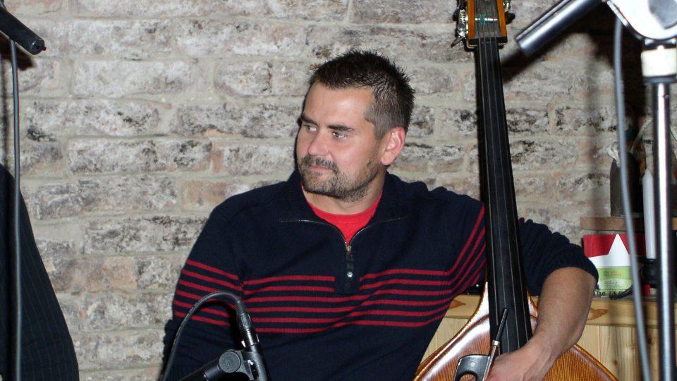 Basista Jožka Malhotský pozorně naslouchá