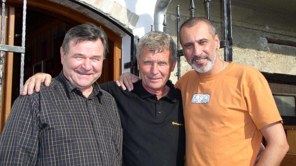 Společné foto před sklípkem (Václav Postránecký, Jožka Šmukař a David Suchařípa)