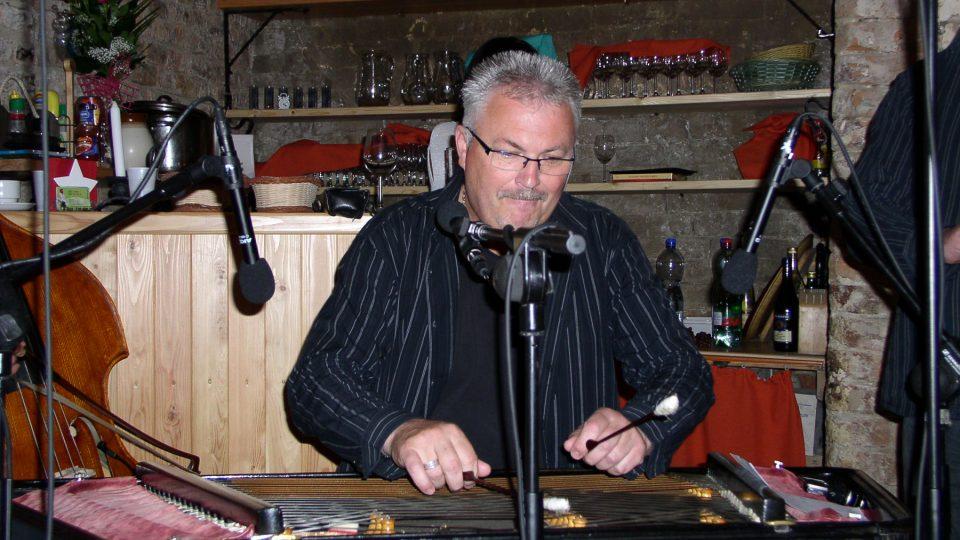 Jan Rampáček se svým cimbálem
