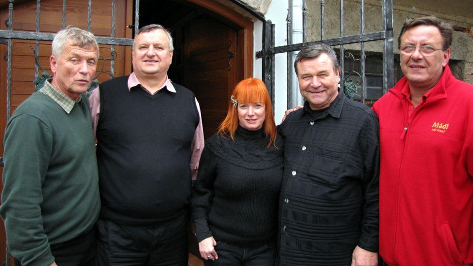 Společné foto před sklípkem (zleva): Jožka Šmukař, Miloš Michlovský, Bára Štěpánová, Václav Postránecký a Stanislav Mádl