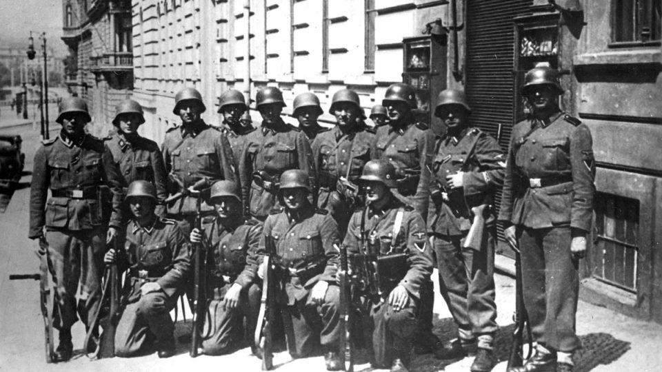 Příslušníci jednotky SS, která zaútočila na výsadkáře ukryté v kryptě kostela sv. Cyrila a Metoděje v pražské Resslově ulici 18. června 1942