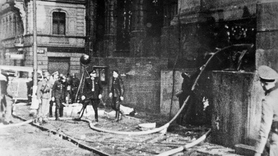 Hasiči u kostela sv. Cyrila a Metoděje v Resslově ulici, ve kterém výsadkáři několik hodin vzdorovali přesile německých jednotek