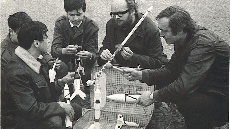 (zprava) Oldřich Unger, Bohumil Kolář a tři členové oddílu raketových modelářů z Dobříše - Mirek Čadek, Robert Tošek a Standa Černý. K natáčení pořadu pro Meteor došlo začátkem listopadu 1971 a Meteor vysílal reportáž 20.11. 1971.
