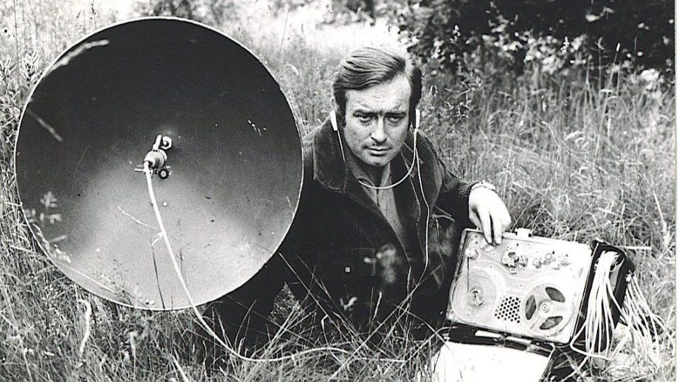 Oldřich Unger s magnetofonem Nagra III a parabolickým mikrofonem, s nímž strávil stovky hodin při nahrávání hlasů přírody v terénu. Fotografie z jarního natáčení zvuků u jihočeských rybníkům v r. 1970.