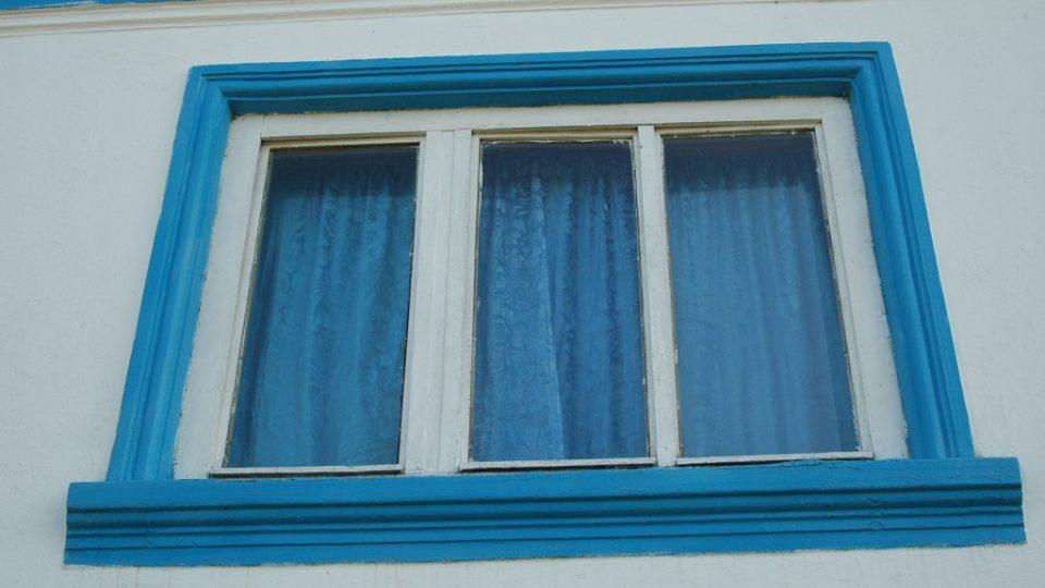 Okno od stavení ve Svaté Heleně v Banátu