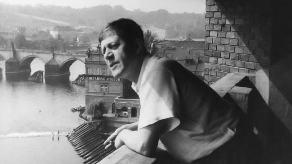 Malíř Oskar Kokoschka ve svém pražském ateliéru (1936)