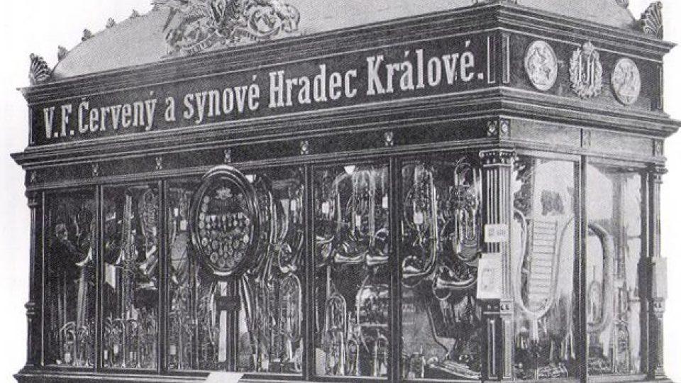 Expozice hudebních nástrojů firmy V. F. Červený a synové ve vitríně inspirované budovou Národního divadla