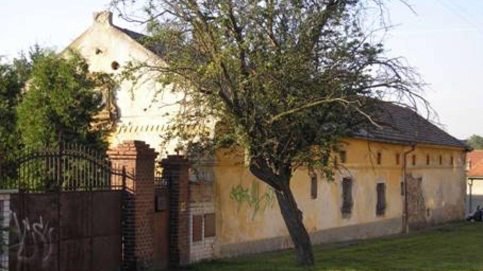 Dubeč, statek č. p. 43– rodný dům V. F. Červeného. Roku 2011 v rámci výstavby bytového komplexu byl zbořen a nahrazen objektem imitujícím při pohledu z ulice původní stavbu