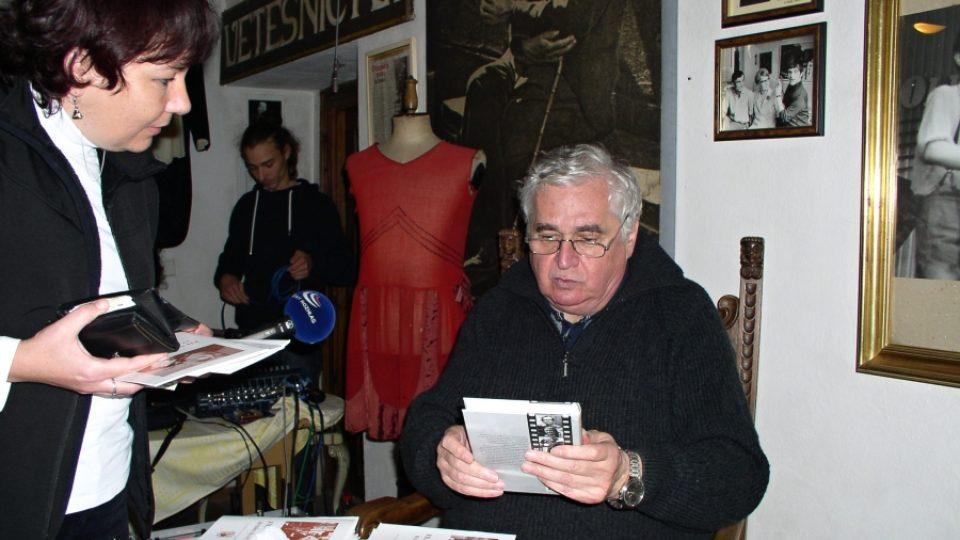 Filmový historik Pavel Taussig při autogramiádě po skončení pořadu