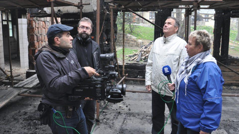Reportérka Světlana Lavičková a tým Dvojky ve vyhořelém Libušíně. Z unikátních Alšových maleb na zdech nic nezbylo